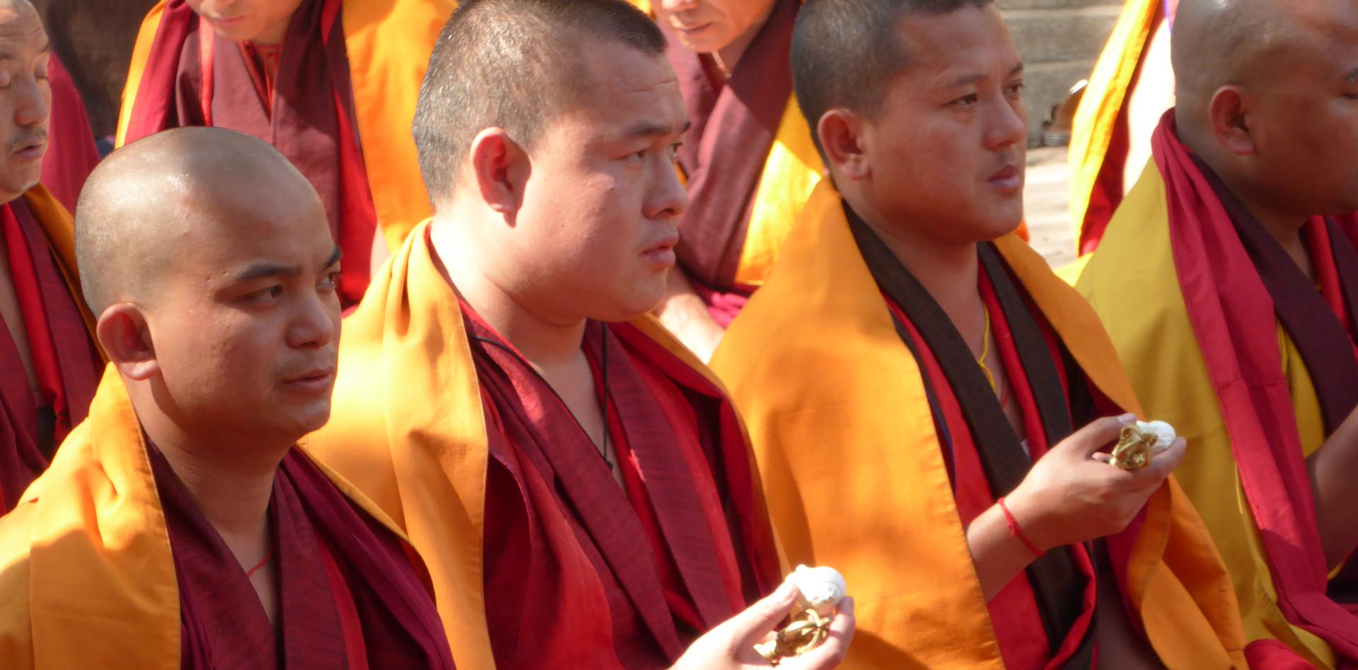 Tibetische mönche während einer puja