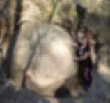 Maya in die grosseste Steinkugel in Zavidovici, Bosnien. Spirituelle Reisen mit Maha Metta und Geoviva