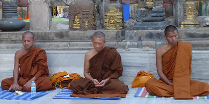 Hinayana / Theravada Männer in Bodhgaya meditieren. Buddhistisches Meditation Seminar mit Mahametta