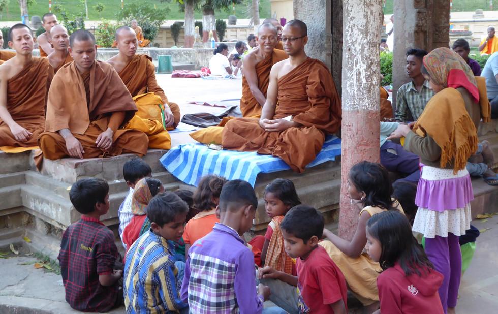 Mönche meditieren und Bettler