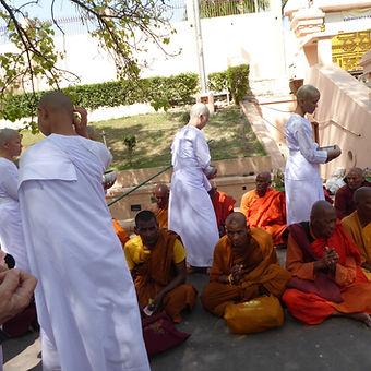 Practicantes de Hinayana con bowl de mendicidad en Bodhgaya, India. Taller de meditación budista con Mahametta Akademie