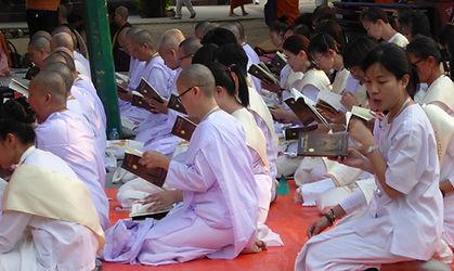 Hinayana Frauen beten. Buddhistisches Meditation Seminar mit Mahametta