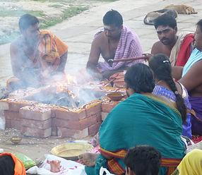 En Benarés se hace rituales y ceremonias por todas partes. Viajes Mahametta