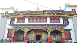 Monasterio budista tibetano en Bodhgaya, India. Viajes espirituales MahaMetta