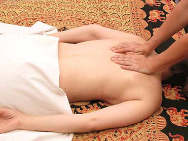 Abhyanga, ayurvedische Massage.  Wellness Massagen mit May in München