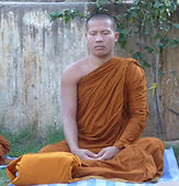 Monje budista meditando en Bodhgaya. Viajes y talleres espirituales con Mahametta