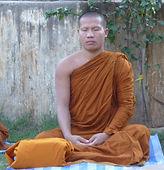 Buddhistischer Mönch, der in Bodhgaya, Indien meditiert. Spirituelle Reisen mit Mahametta