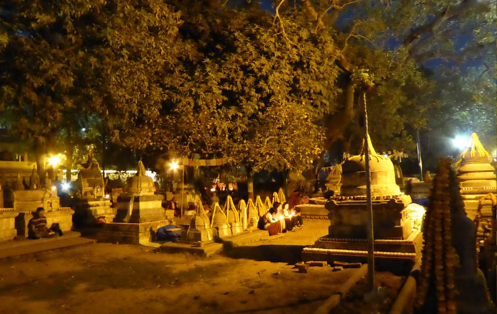 Beten in Bodhgaya in der Nacht