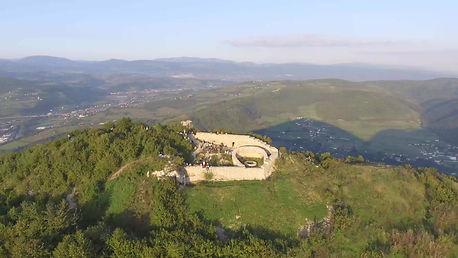 Spitze von die Sonne Pyramide. Visoko. Bosnien. Maha Metta und Geoviva Spirituelle Reisen
