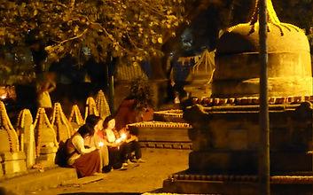 Frauen beten in Bodhgaya. Buddhistisches Meditation Seminar mit Mahametta