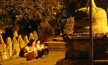 Mujeres rezando por la noche en Bodhgaya, India