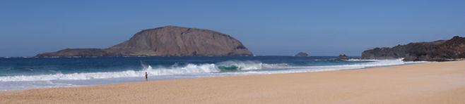 Playa en La Graciosa, Lanzarote. Retiro chamánico en diciembre con Maha Metta y Geoviva