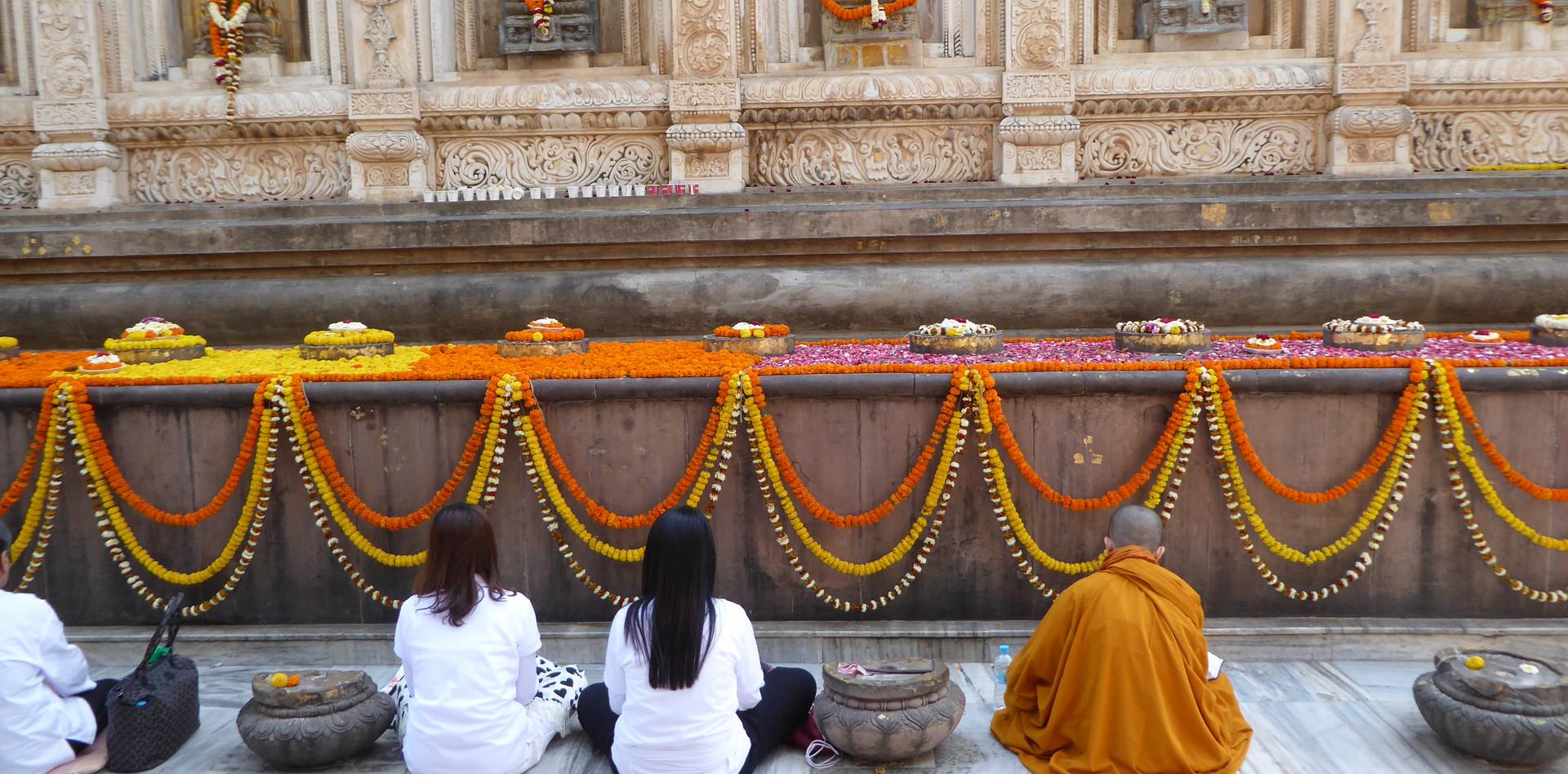 Bei den Stupa in Bodhgaya meditieren