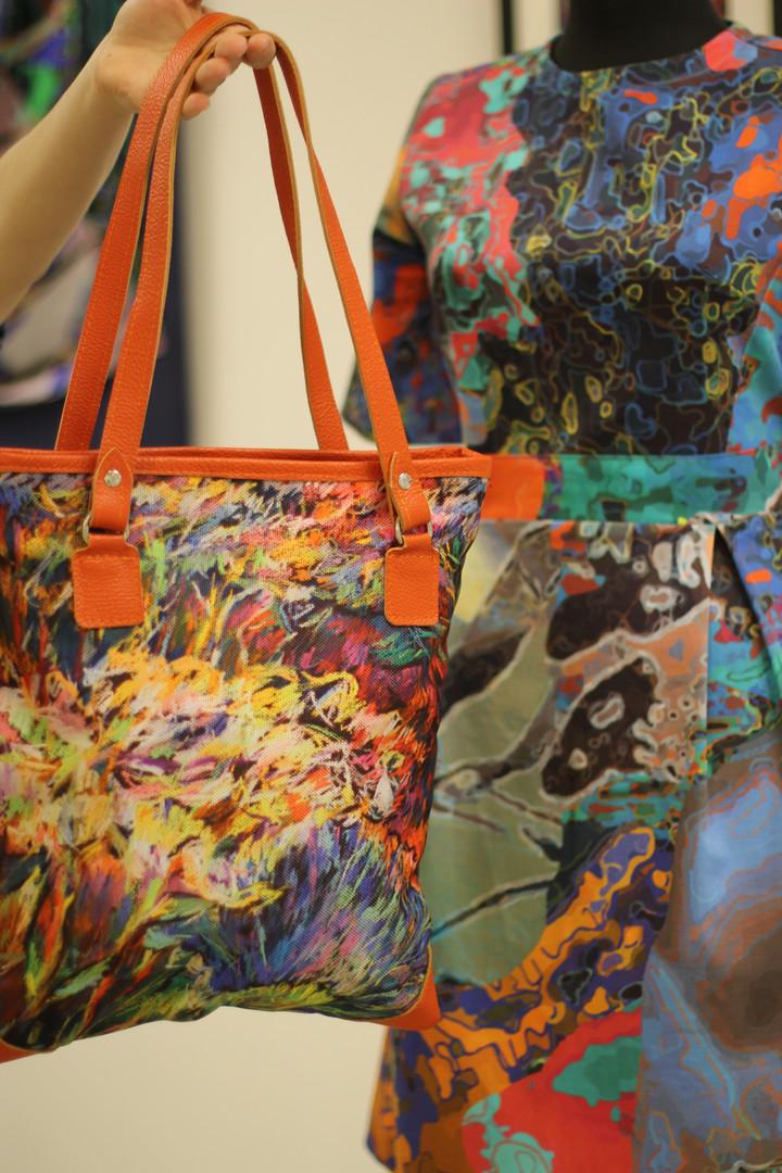 Сумка с авторским принтом. Ремешки и детали сумочки выполнены из натуральной кожи