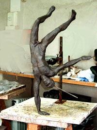 sculpture en argile d'un équilibriste sur une main