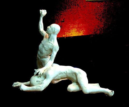 Le désespoir de Caïn. Composition de deux personnages en platre dont l'un est écroulé au sol et l'autre, Caïn, regarde vers le ciel, la main dressée tenant encore une pierre