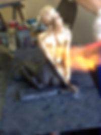 sculpture en bronze après ciselure et en cours de patine