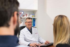 Dr-Godino-Conte-atendiendo-Pacientes.jpg