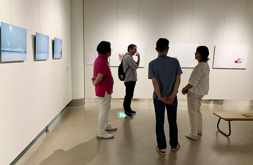 招待作家のコーナー。松龍、堂川、粕谷の3名の歓談中に、富山校でもお馴染みの柴田誠氏が来廊。