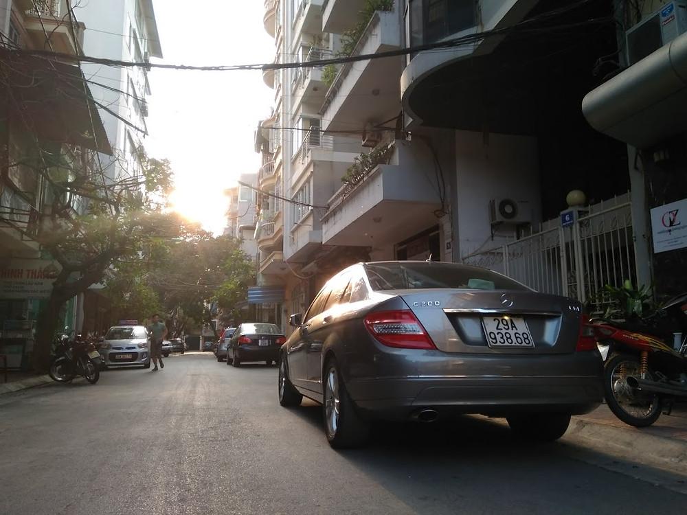xe mercedes đỗ trên phố trong hoàng hôn