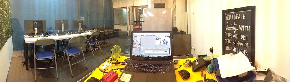 văn phòng làm việc với laptop và bàn ghế