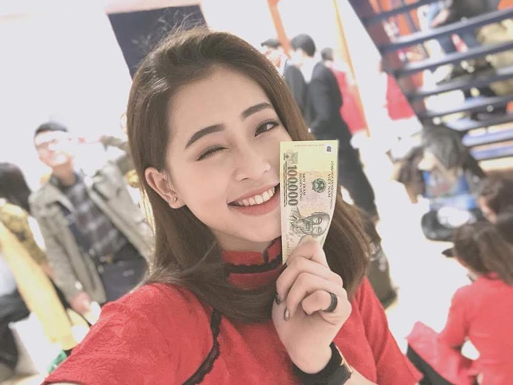 cô gái cười tươi cầm tiền