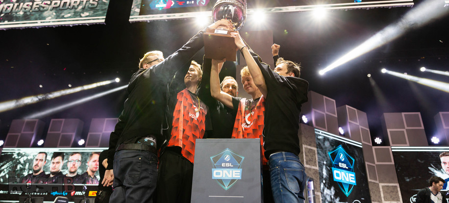 Mousesports Holding Trophy