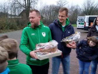 Schöne Geste der E2-Kicker - vorgezogene Weihnachtsgeschenke für das Trainerteam