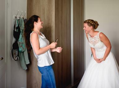 Bruid en beste vriendin lachen.jpg