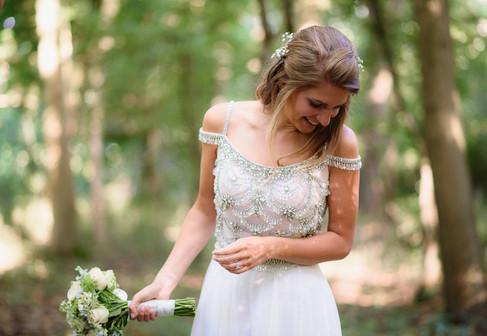 Bruid bewondert haar eigen jurk terwijl