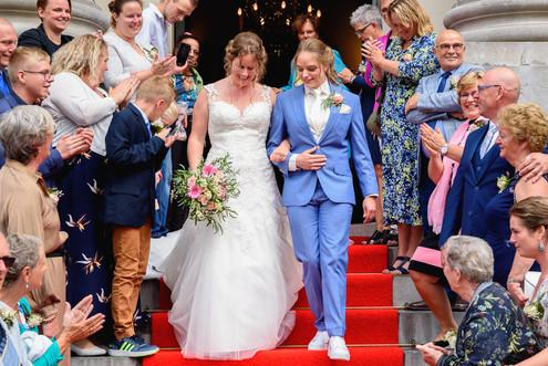 Bruidspaar tussen alle gasten wanneer zi