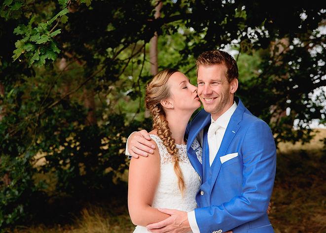 Bruid kust haar echtgenoot op zijn wang