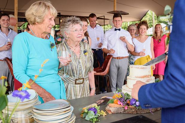 Oma's bij het aansnijden van de bruidsta