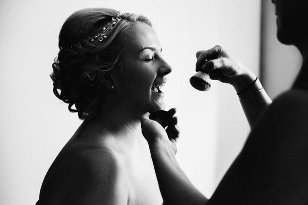 Zwart wit foto van een bruid die wordt o