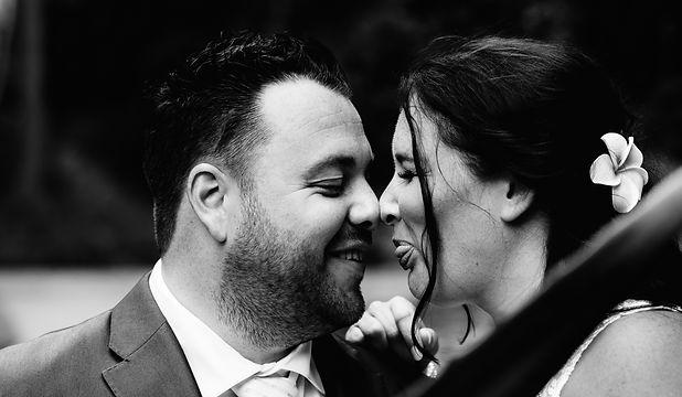 Bruid steekt tong uit naar bruidegom in
