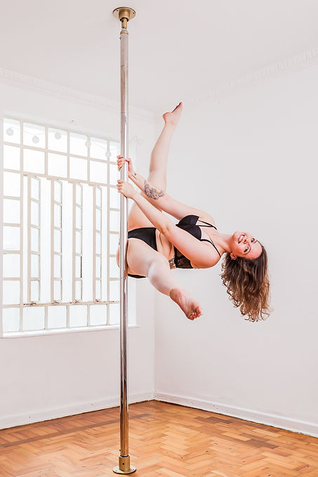 Pole Dance Amanda Arcari Tail Split pole dance em são paulo, palco móvel de pole