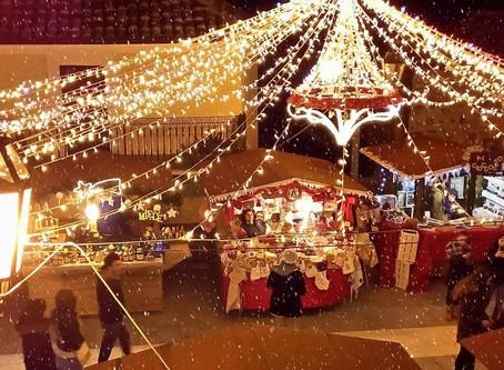 Weihnachtsmarkt vor mittelalterlicher Kulisse