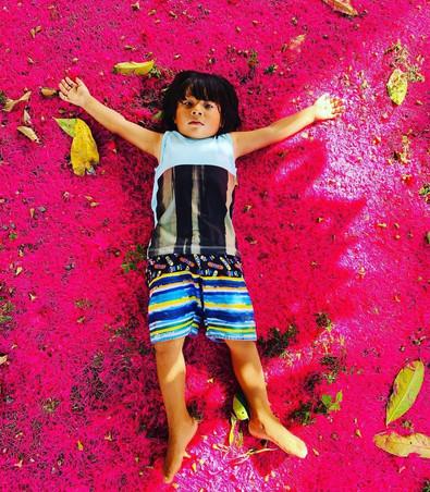 Criança sobre flores de Jambo