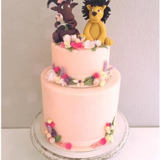 wedding cake lion and flowers_edited.jpg