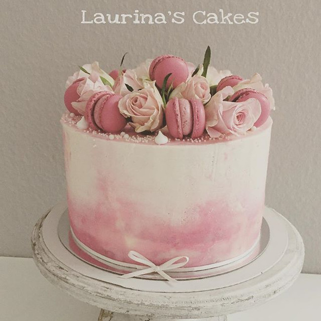 Roses, macarons and a lot of Love #cakes