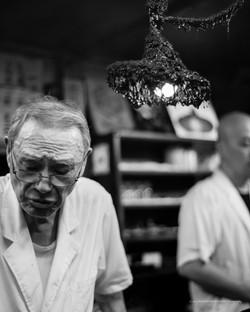 第35回 読売写真大賞月間佳作作品「親父80歳、電球60歳、ともに歩む」