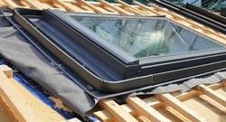 pose de fenêtre de toit
