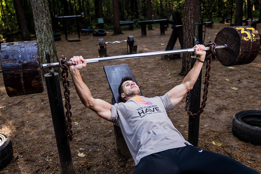 strong man bench pressing