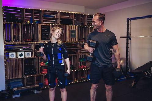 Erik Will mit Kundin beim EMS-Training
