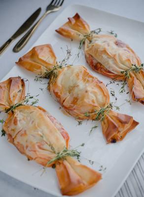 סוכריות פילה דג ברוטב עגבניות ולימון כבוש במעטפת בצק פילו