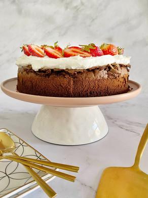 עוגת סופלה שוקולד עם תותים וקצפת