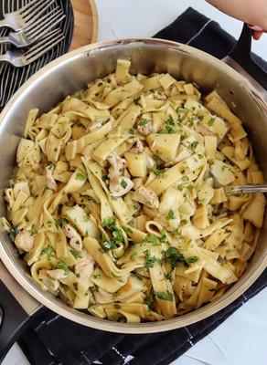 תבשיל אטריות עם חזה עוף ותפוחי אדמה בסיר אחד