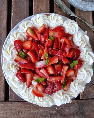 עוגת חמאה עם תותים וקצפת