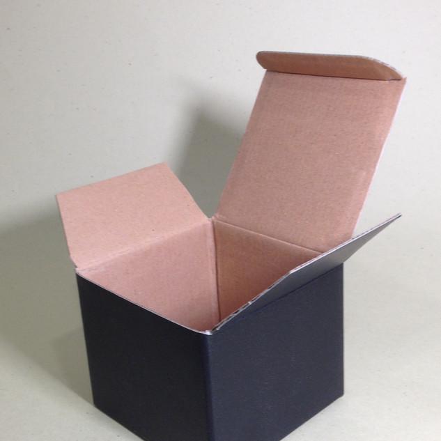 印盒-黑色霧P壓紋瓦楞紙盒.單入馬克杯盒-10x10x8CM-25元-1.JPG
