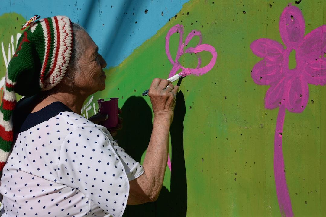 Doña Carmen floreciendo el muro
